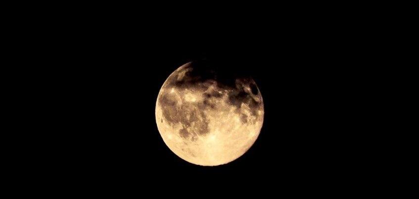 6 волшебных фотографий ярко-желтой луны в небе над Ижевском