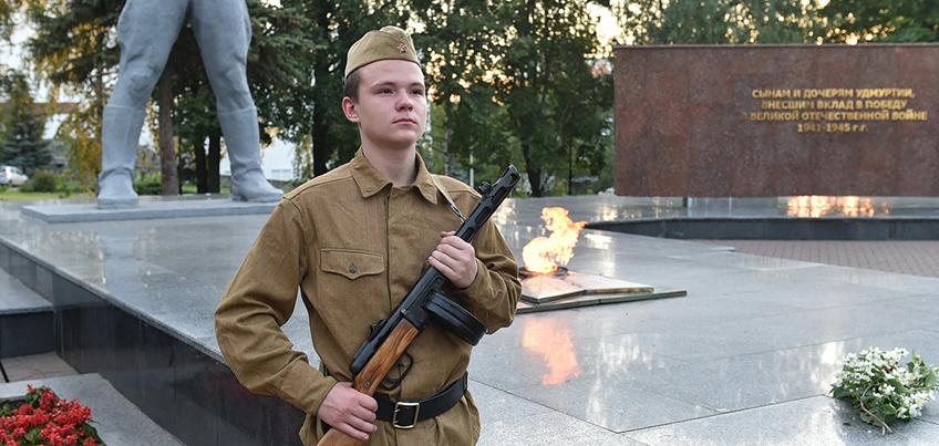 В ижевском сквере Победы почтили память воинов Великой Отечественной Войны