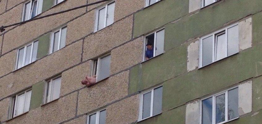В Ижевске мужчина застрял в окне седьмого этажа