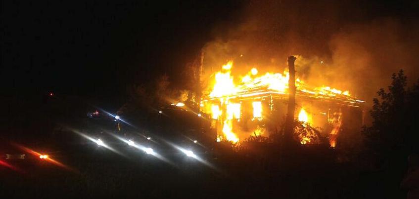 В Ижевске на перекрестке улиц Совхозная и 9 Января сгорел дом