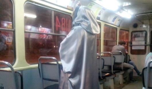 Страсти по курению, «смерть» в трамвае и авто на детской площадке: о чем утром говорят в Ижевске