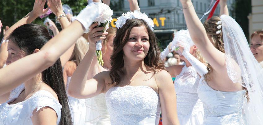 Полсотни ижевчанок в День молодежи приняли участие в «Марафоне невест»
