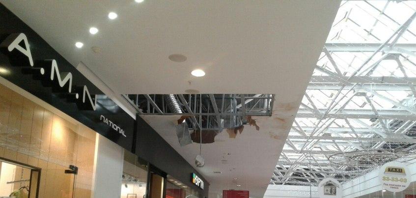 Ливень в Ижевске: В ТРК «Столица» провалился подвесной потолок