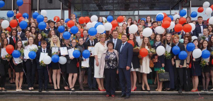 Глава Ижевска вручил медали «За особые успехи в учении» выпускникам школ города