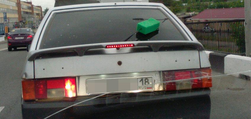 В Ижевске водитель «ВАЗа» прикрепил губку к дворнику, чтобы окно было чище