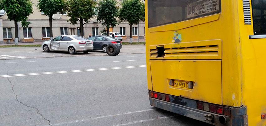 В Ижевске во время движения оторвалось колесо, а потом врезалось в автомобиль
