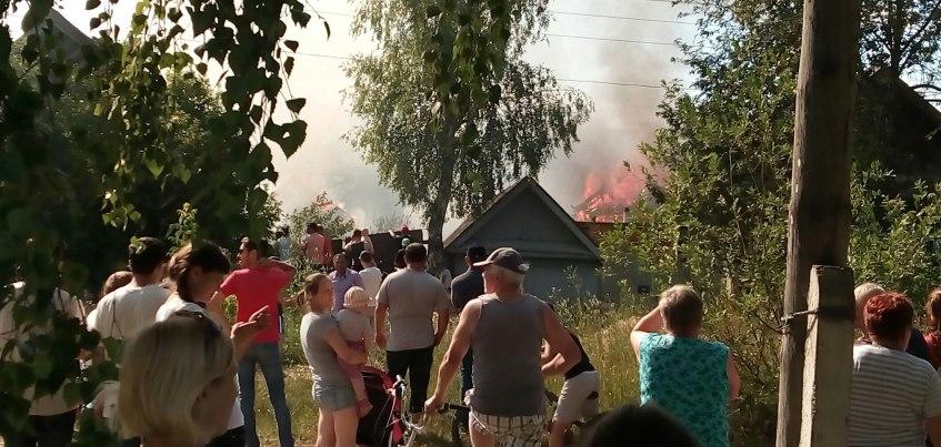 МЧС Удмуртии: В Ижевске в пожаре пострадали 3 дома и автомобиль