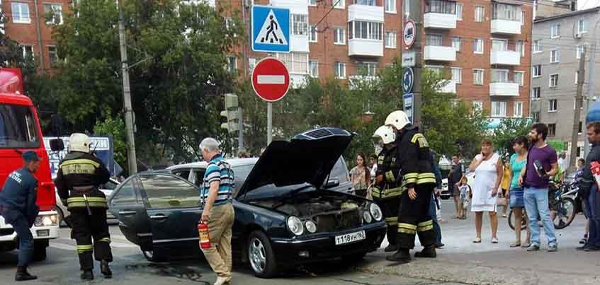 В Ижевске рядом с ТЦ «Медведь» загорелся «Мерседес»
