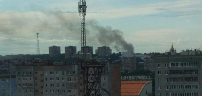 Утром в Ижевске движение по Бородина перекрыли из-за пожара