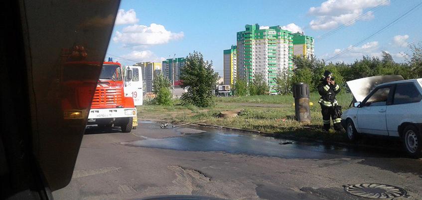 В Ижевске на пересечении улиц 10 лет Октября и 40 лет Победы загорелась машина