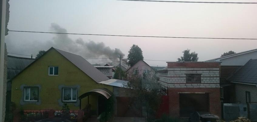 В частном секторе Ижевска загорелся жилой дом