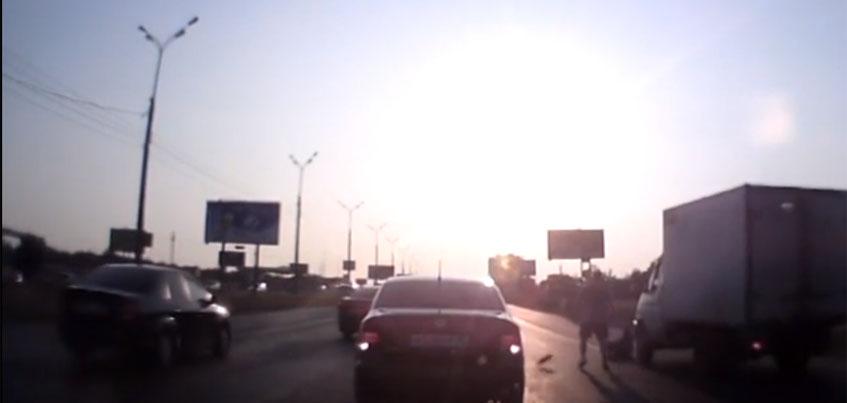 Ижевчанин избил пьяного прохожего, шатающегося по автомобильной дороге