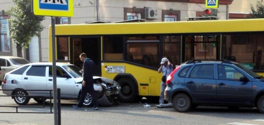 В Ижевске на перекрестке улиц Коммунаров и Советской произошло ДТП с участием автобуса
