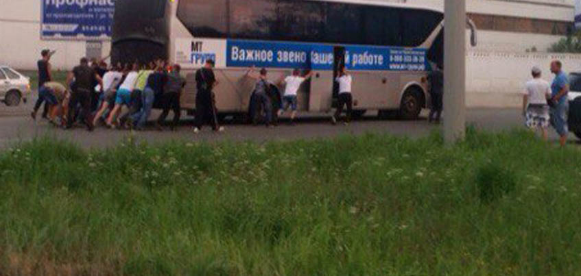Ижевчане помогли откатить вставший на дороге автобус