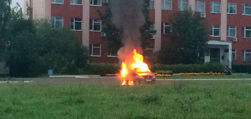 Свидетель возгорания машины в Удмуртии, где погиб мужчина: полыхало так, что огнетушитель бы не помог