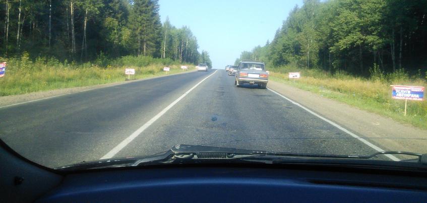 Фотофакт: Воткинское шоссе «усыпано» рекламными объявлениями