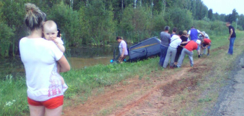 В Удмуртии ищут виновника аварии, который вылетел на встречку и «выдавил» автомобиль в болото