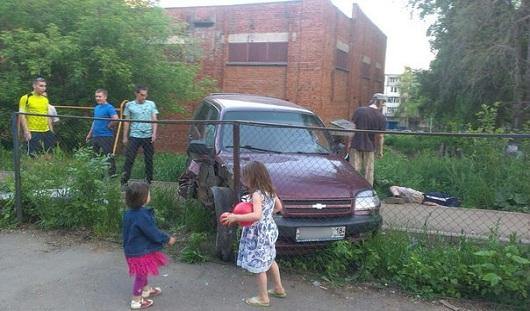 В Ижевске иномарка чуть не заехала на детскую площадку