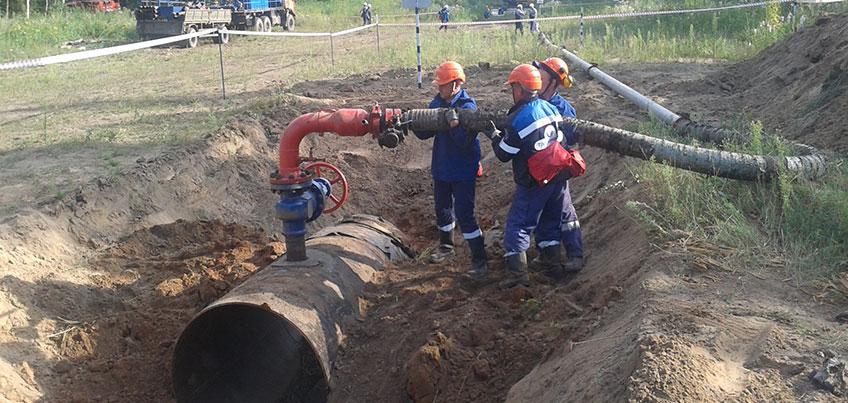 В Удмуртском РНУ прошли учения по ликвидации условного выхода нефти на болотистой местности