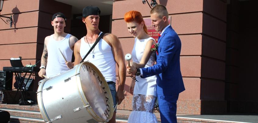 Благотворительная свадьба в Ижевске: прохожие присоединялись к празднику и жертвовали деньги