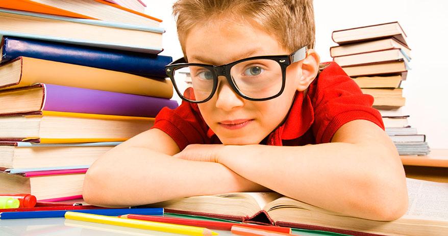 Почему близорукость начинает проявляться в школе, и как уберечь ребенка от ее развития?