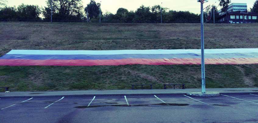 В честь Дня флага России активисты Ижевска установили флаг на набережной пруда
