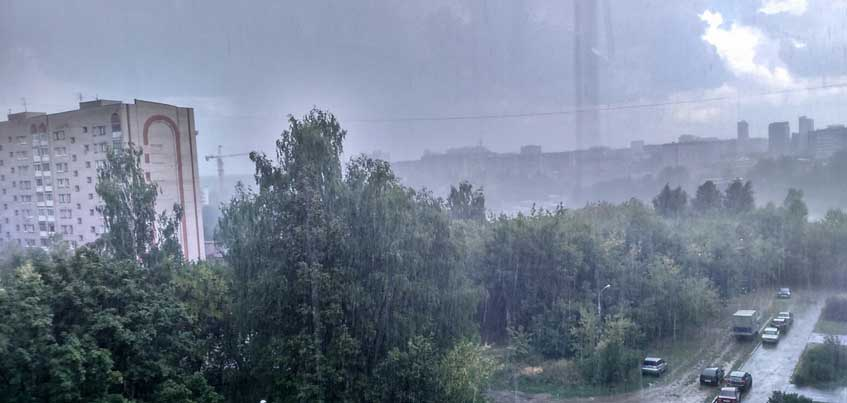 В Ижевске сильный ветер повалил дерево, а в Якшур-Бодье выпал огромный град