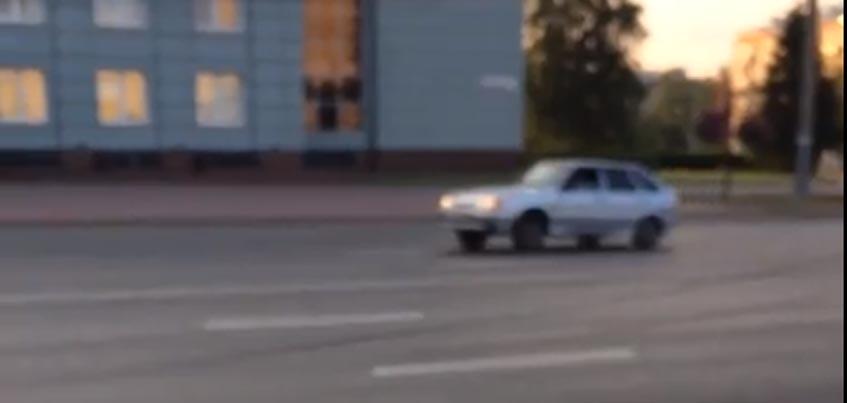 Ижевчанин-лихач устроил дрифт перед домом правительства