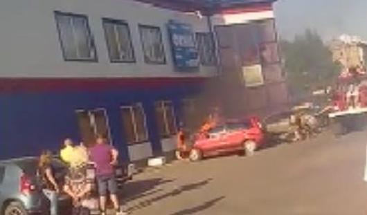 В Ижевске около торгового центра загорелся «Форд»