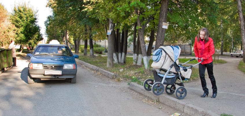 Для чего нужна брусчатка на газоне на Пушкинской и почему асфальт в Ижевске заливают в лужи?