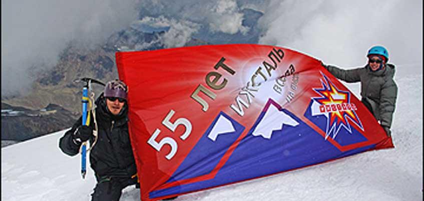 На Эльбрусе побывал флаг с эмблемой ижевского хоккейного клуба «Ижсталь»