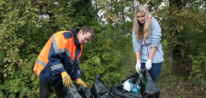 В сквере Титова в Ижевске, где бездомные оставляют кучи мусора, провели субботник