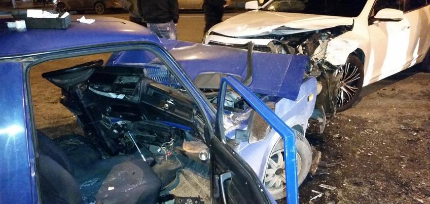 В Ижевске на улице Удмуртской произошло лобовое столкновение двух легковых авто