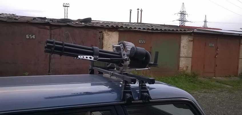 В Ижевске неизвестные украли с крыши автомобиля макет пулемета