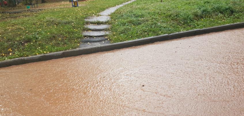 В Ижевске улицу Школьная залило холодной водой
