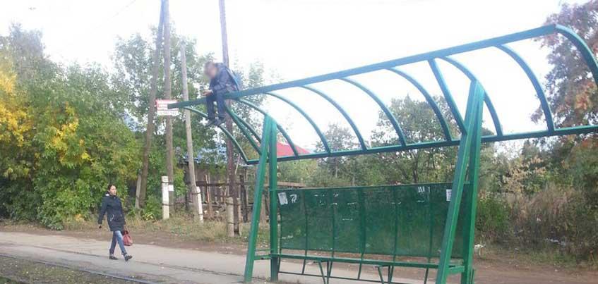 Ижевские школьники настолько суровы, что ждут трамвай прямо «на» остановке