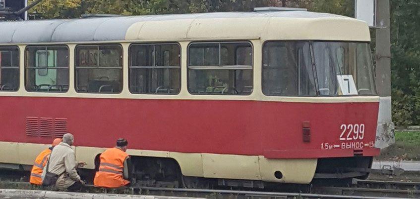 В Ижевске на улице Кирова с рельсов сошел трамвай