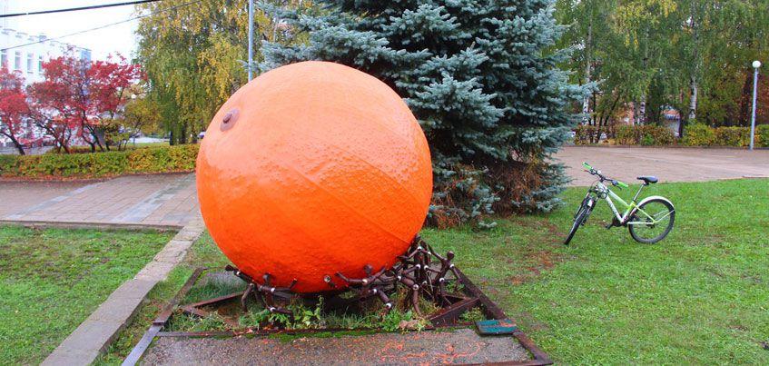 Ижевчане покрасили памятник «Неизвестному апельсину»