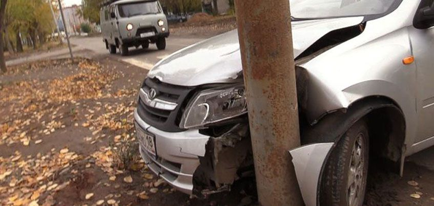 Пьяный водитель врезался в столб в Ижевске