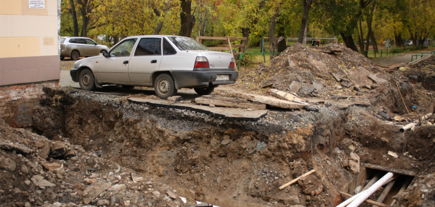 Фотофакт: В одном из дворов Ижевска вокруг автомобиля разрыли асфальт