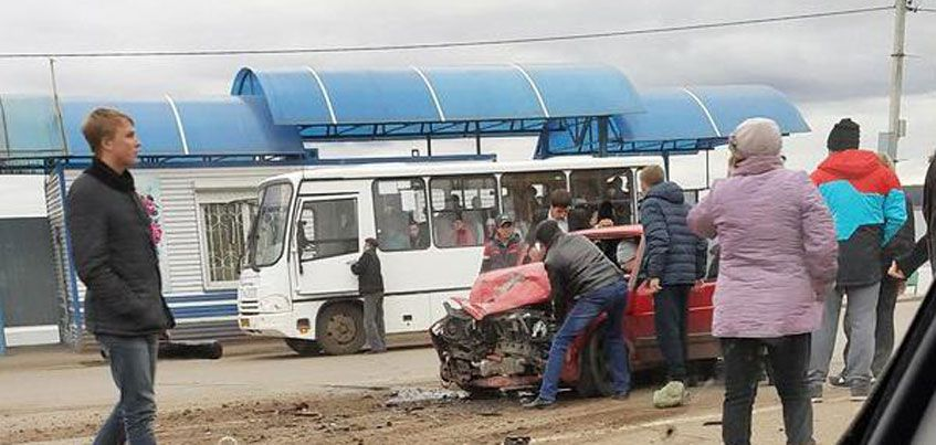 В центре Воткинска столкнулись автобус и легковой автомобиль