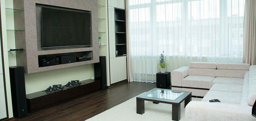 Квартира недели: встроенный камин, металлические подставки и стеклянные полочки