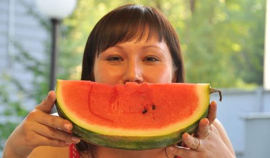 Врачи объяснили, почему летом полезно есть арбузы