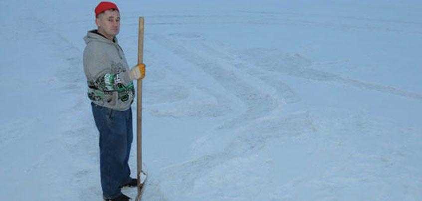 Дворник из Ижевска снова рисует  картины на снегу