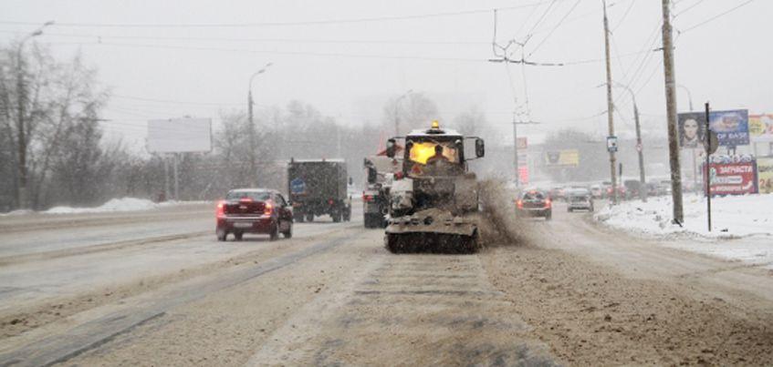 В Удмуртии в выходные на уборку дорог вышло 325 единиц техники