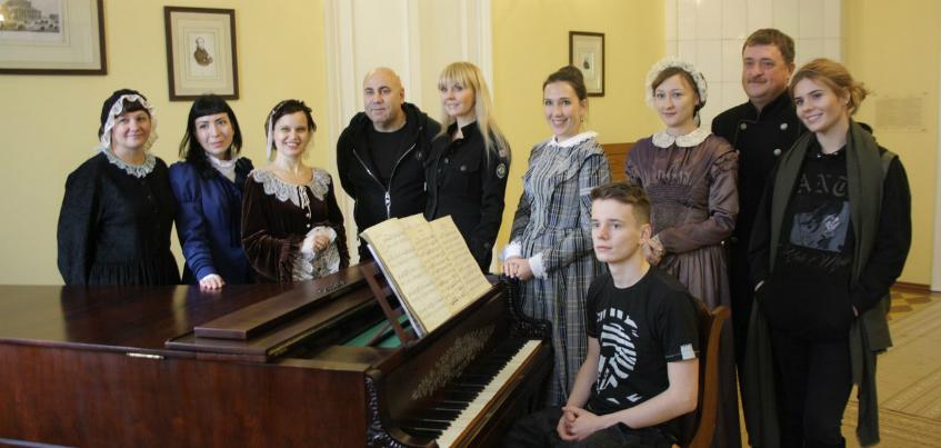 Во время своего визита в Воткинск Валерия подписала поздравления для детей с ограниченными возможностями