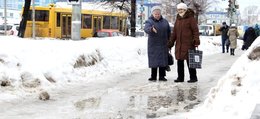 Ижевчане жалуются на скользкие тротуары и лед на машинах