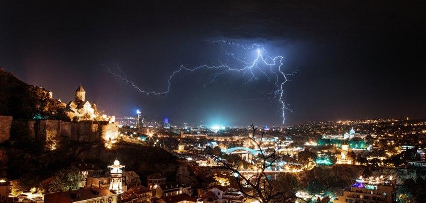 Инстаграм недели: ижевчанин сделал редкий кадр грозы во время своего путешествия автостопом по Тбилиси