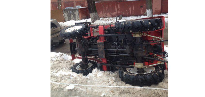 Фотофакт: в Ижевске при уборке снега опрокинулся трактор