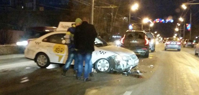 В Ижевске на улице Пушкинская автомобиль службы «Яндекс.Такси» попал в ДТП